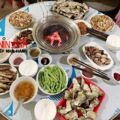 bếp nướng bằng than đặt trên mặt bàn